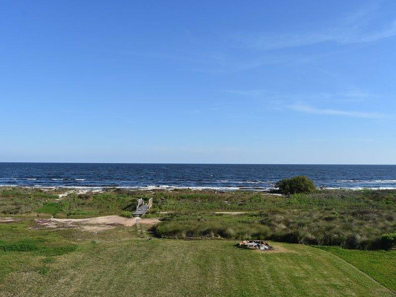 Foyer dans la cour près du golfe. Pont sur les dunes de sable.