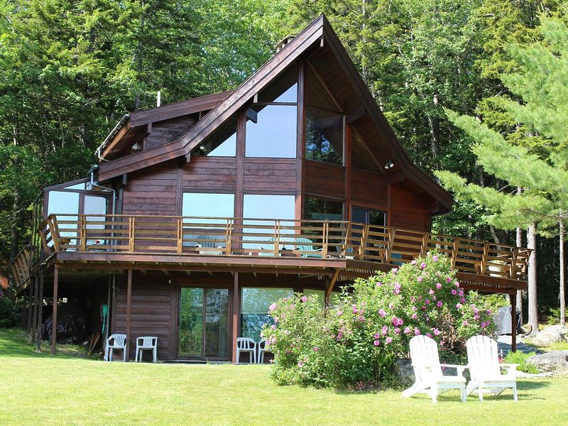 Grand Chalet Overlooking Patten Bay, vacation rental in Surry