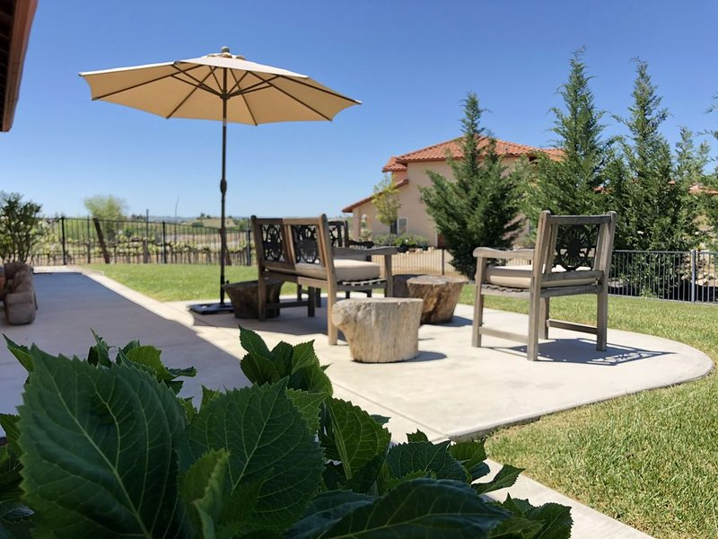 VINEYARD LIVING/ Stunning Views/CLOSE TO TOWN/Available again JULY 2021, casa vacanza a Paso Robles