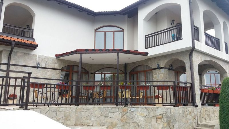 A gorgeous home-like villa,based in the luxurious VINEYARDS SPA RESORT in Aheloy, holiday rental in Kableshkovo