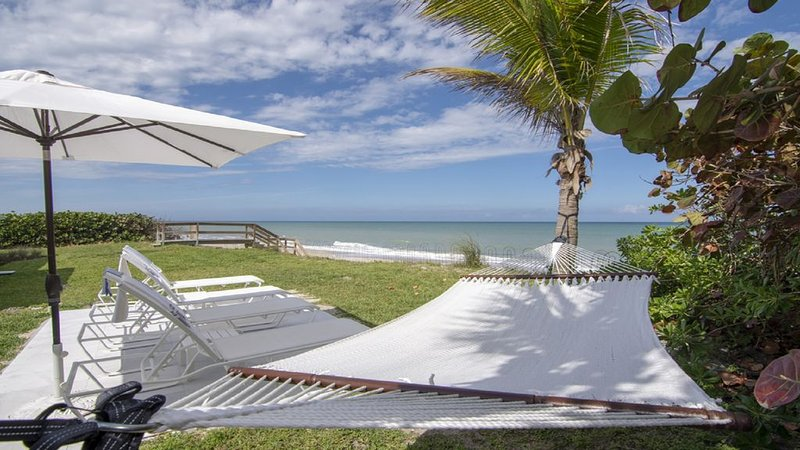 Oceanfront Pool Home with Vacation Amenities, location de vacances à Vero Beach