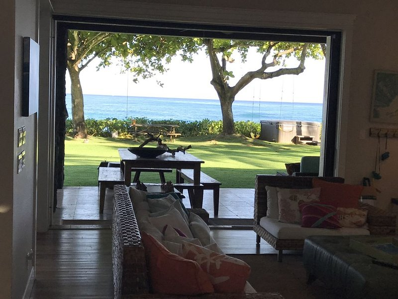 Beachfront Luxury Home With Spacious Yard North Shore of Oahu, holiday rental in Haleiwa