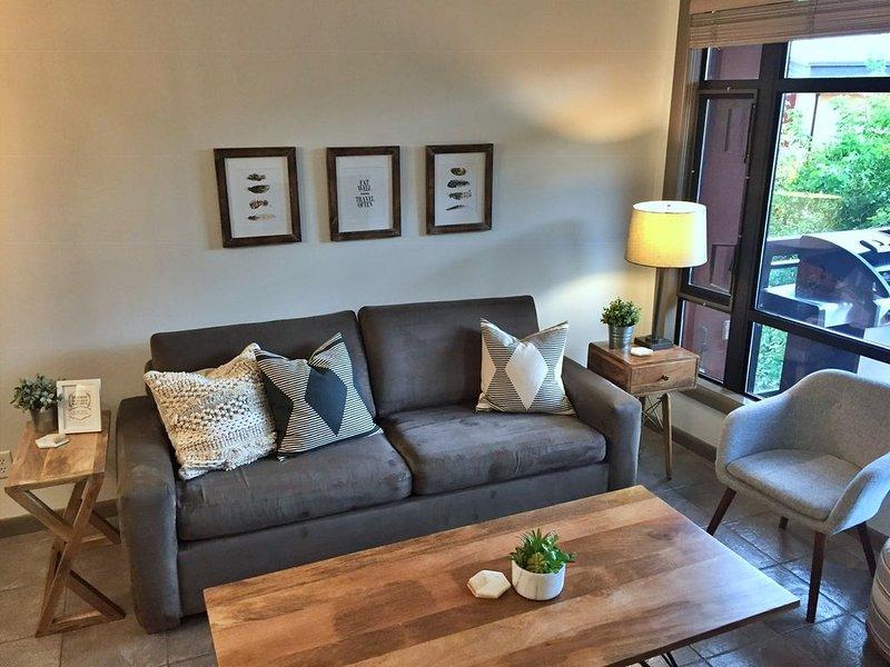 Luxurious Condo overlooking Playa's quiet 3rd floor courtyard, holiday rental in Homfray Creek