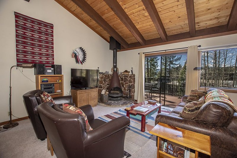 Comfortable, Cozy 2br Condo by Tahoe City, Access to HOA Ammenities. Great Valu, alquiler de vacaciones en Tahoe City