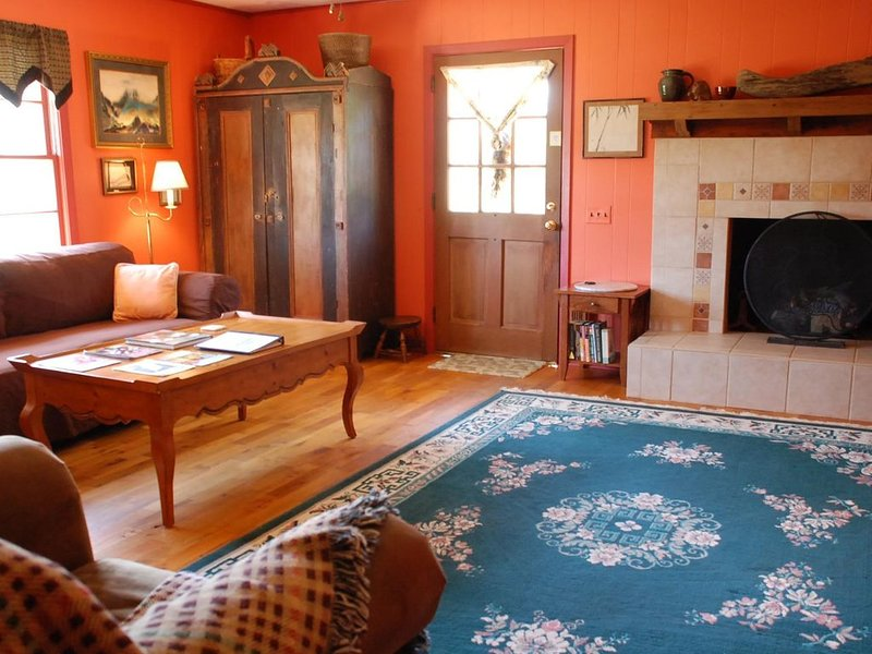 Pet Friendly 2 Bedroom Close to Lake Lure Chimney Rock Tryon Equestrian 28139, holiday rental in Vein Mountain