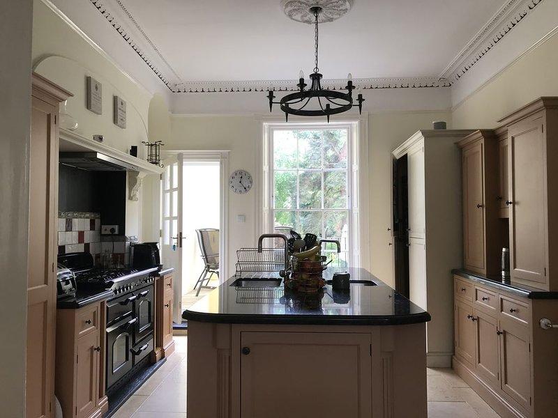 Beautiful 5 Bedroom Regency Grade II Listed Townhouse with original features, location de vacances à Southam