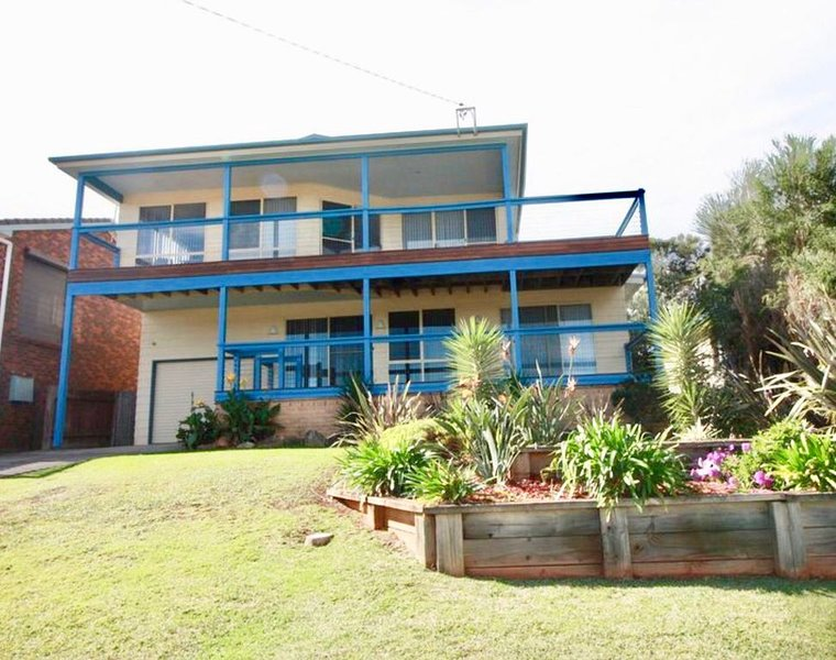 Surfers Delight Beach House has great Green Island view., holiday rental in Lake Conjola