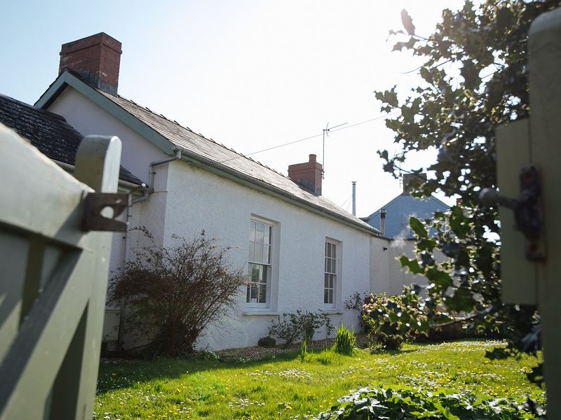 Beautiful Cottage In The Heart Of Manorbier. Part Of Manorbier Castle Estate, holiday rental in Manorbier