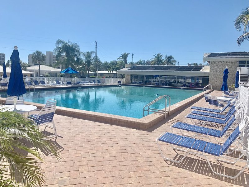 Peaceful 2 bed/2 bath villa w private access to pool, beach and inter-coastal, holiday rental in Sarasota