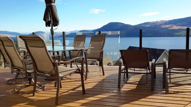 Reunirse para una comida, o relajarse en el sol. La cubierta no está encima de otros vecinos.