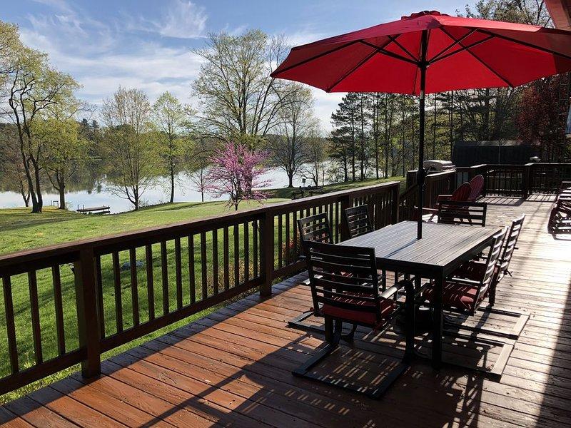 Panoramic Lake Views~Hot Tub~FREE Kayaks, Canoes, Bikes~3-D photos~Game Room, alquiler vacacional en Logan
