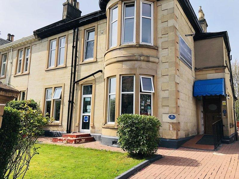 Twin Room Super Deluxe en-suite - Alba Self Catering, holiday rental in Bearsden