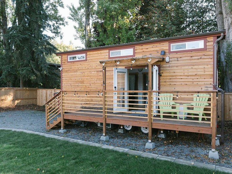 Modern Urban Tiny House w/ 2BR near Airport and Transportation-Private Setting, holiday rental in Covington