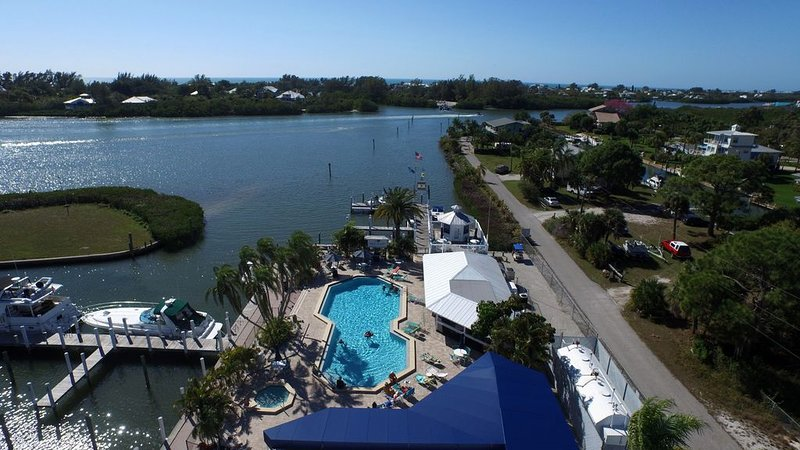 This Lovely Little condo has a great view of the Waterway! A1113MB, alquiler vacacional en Cape Haze