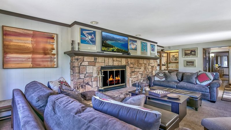 Warm Squaw Valley 1BR Condo 5 Min to Ski Resort!, alquiler de vacaciones en Olympic Valley