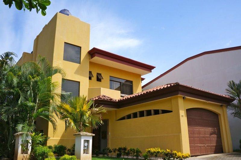 CR Surf House - Luxury BeachSide House with private pool, alquiler de vacaciones en Quebrada Amarilla