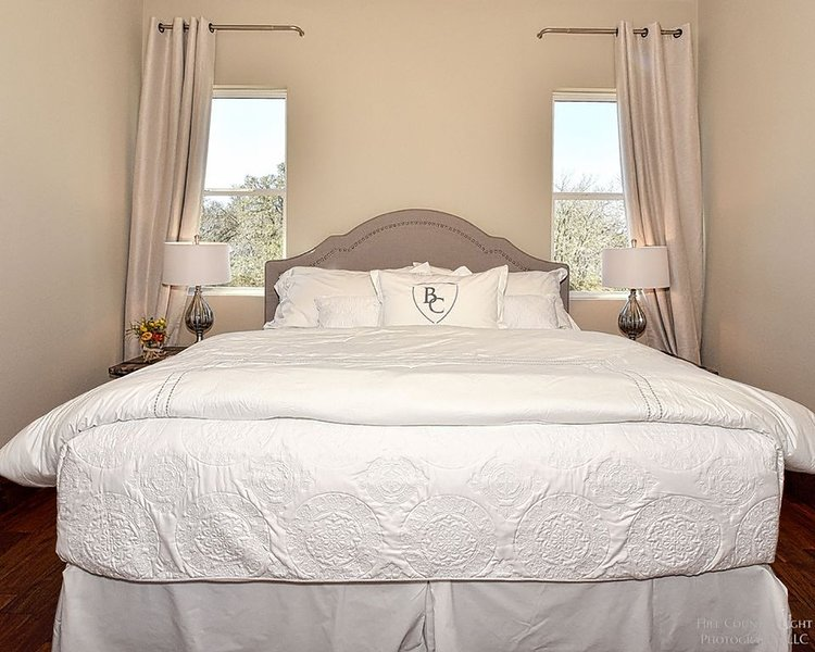 Room 12 at Barons Creek Vineyards- 1/4 Master Suites- 290 Wine Tours, alquiler de vacaciones en Luckenbach