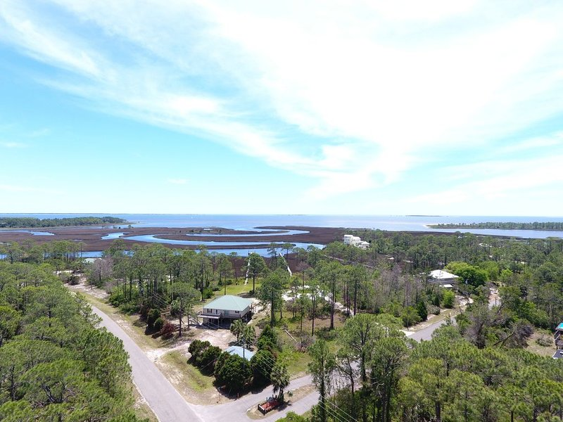 Enjoy a private and peaceful 1.5 acres to look out to the Bayou and Bay!, location de vacances à Carrabelle