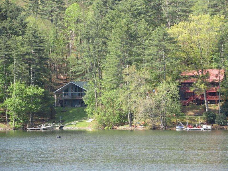 Leslie's Landing de l'autre côté du lac (maison bleue)