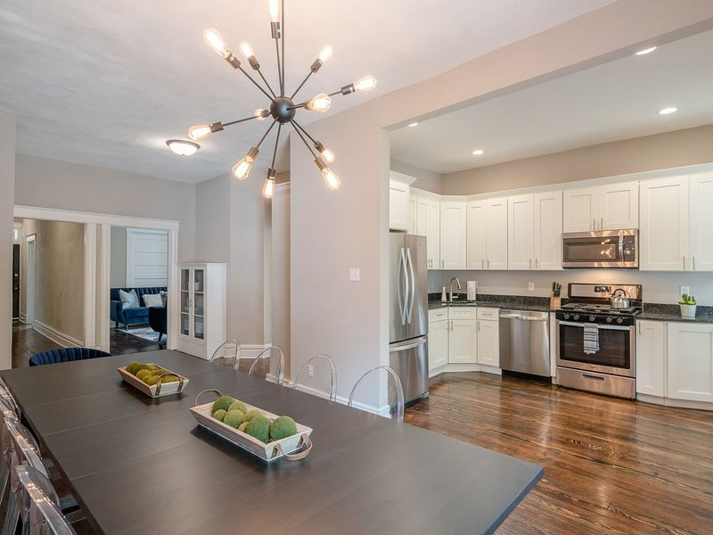Designer Home in Shaw LEFT Side by JZ Vacation Rentals, holiday rental in Saint Louis