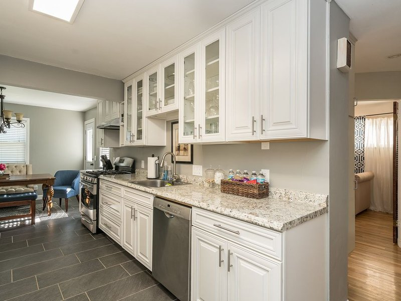 Stunning 4 Bedroom Home near Tilles Park  I JZ VACATION RENTALS, holiday rental in Maplewood