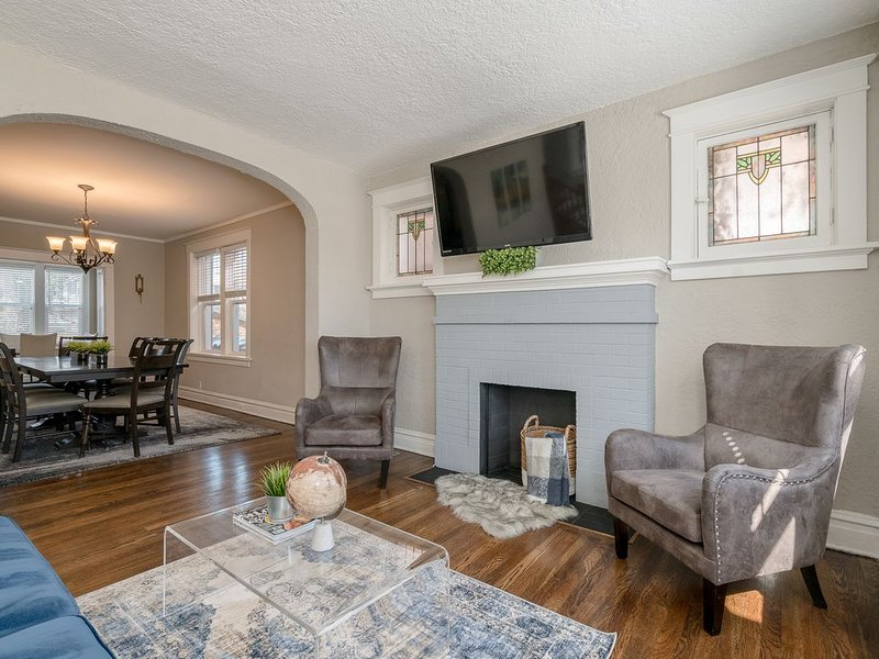 Spacious & Modern 2-Story Home with Classic Touches JZ Vacation Rentals, holiday rental in Saint Louis