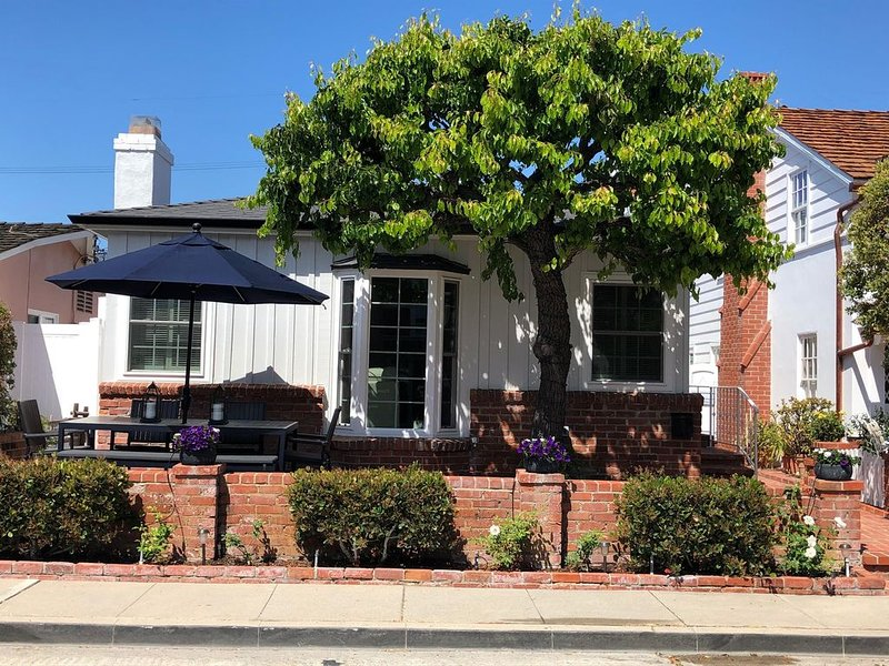 Coral Cottage, remodeled 1938 Balboa Island home with Upper Loft unit., vacation rental in Newport Beach