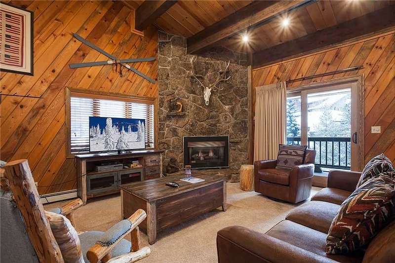 Perfect Location Near the Slopes ~ Private Sauna ~ Pool & Hot Tub!, holiday rental in Steamboat Springs
