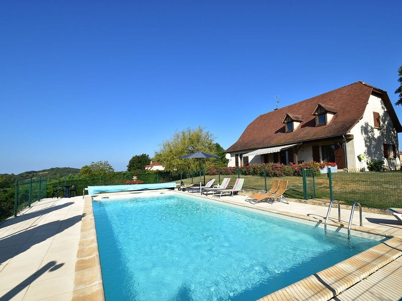Comfortable villa near Alvignac with private swimming pool and stunning view, holiday rental in Rignac
