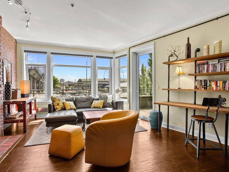 ***Waterfront Condo!  A Rare Find!  Secure Parking Included!*** – semesterbostad i Seattle