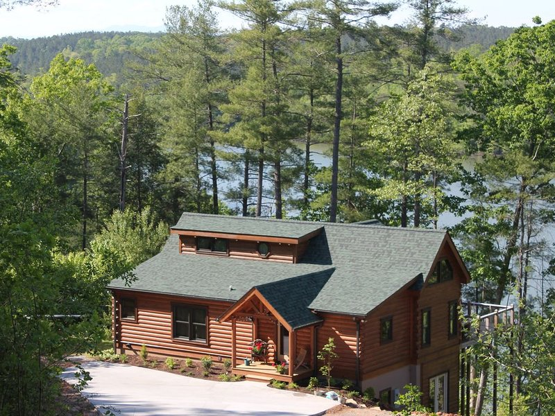 Lakefront Log Cabin with private dock on Lake Rhodhiss with Kayaks & Paddleboard, aluguéis de temporada em Hudson