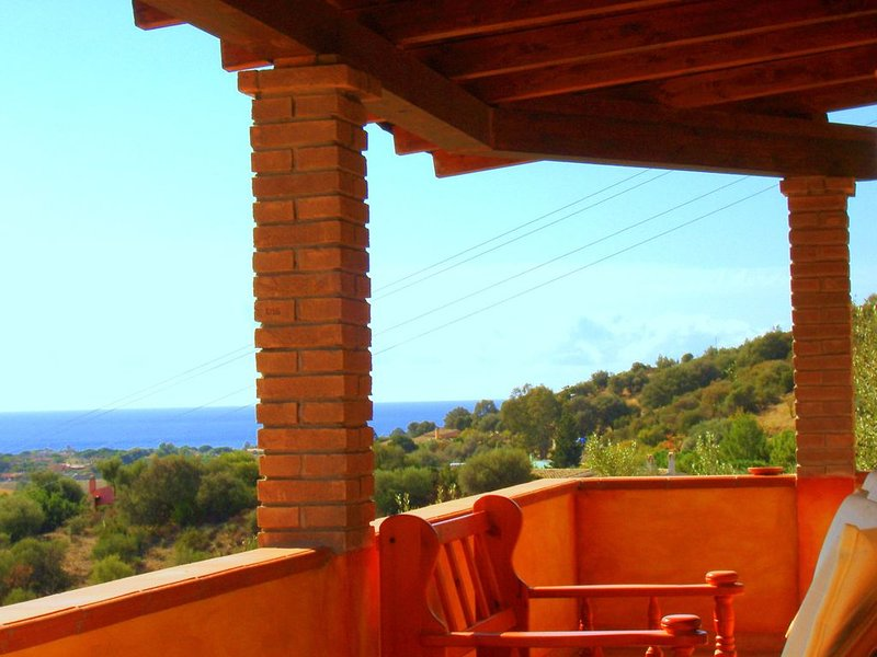Confortevole appartamento con terrazza privata vicino al mare, vicino Villasimiu, location de vacances à Solanas