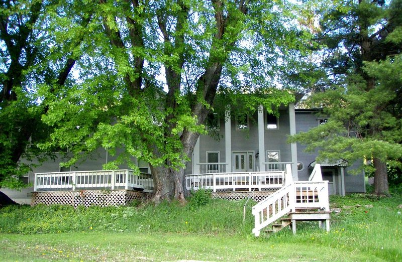 New Haven  ~A Beautiful Country Manor Getaway with 85 acres, holiday rental in Tomah