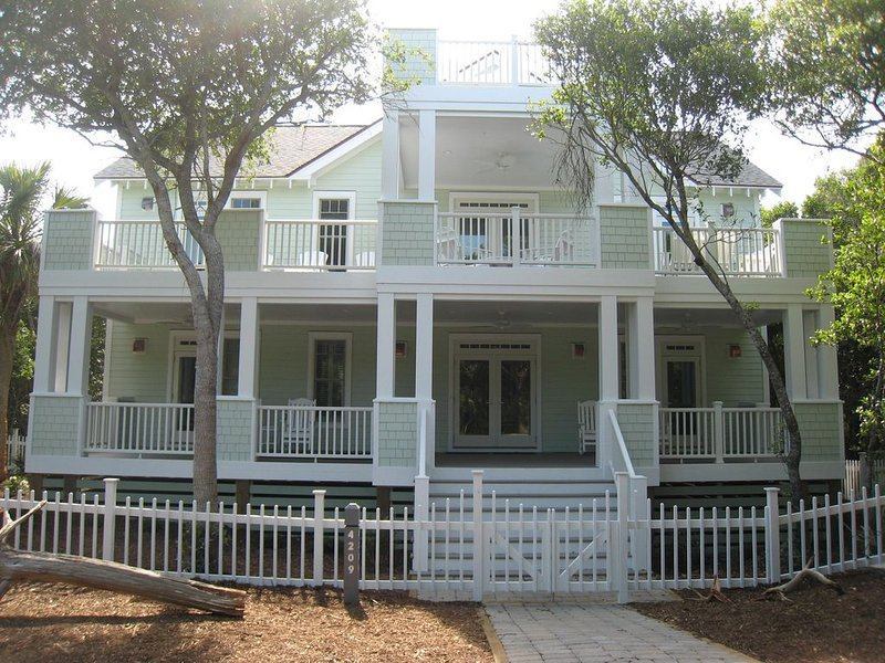 Exceptional Home, Steps to East Beach, Oceanview, 3 Masters, BHI Club with Golf, location de vacances à Bald Head Island