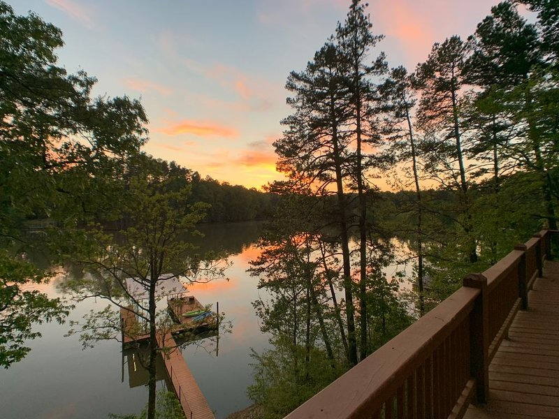 Water's Edge – 7 Bdrm / 5.5 Bath Home Steps From The Lake, holiday rental in Murrayville
