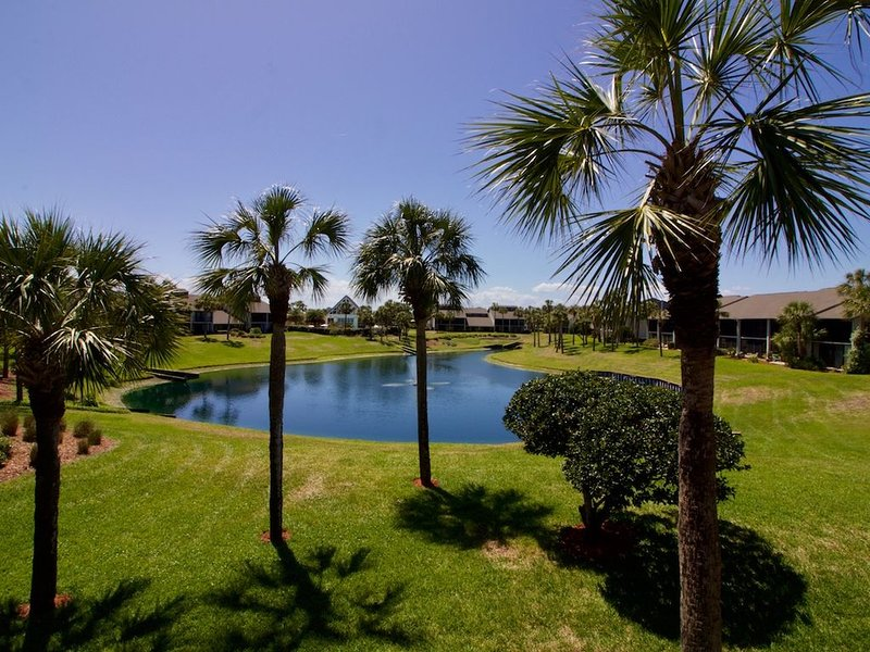 Beach chic Gold-rated condo overlooking quiet lagoon!, vacation rental in Saint Augustine Beach