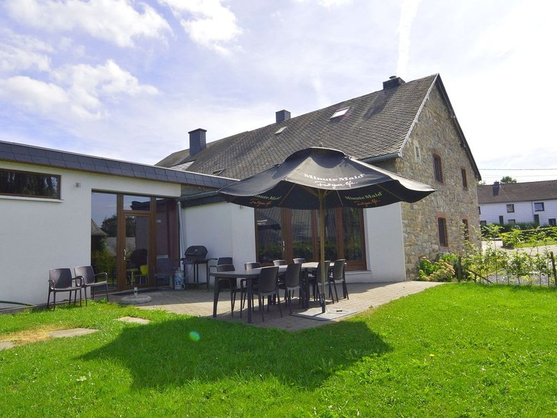 Spacious and atmospheric, a former town pub renovated in a fine holiday house!, alquiler de vacaciones en Waimes