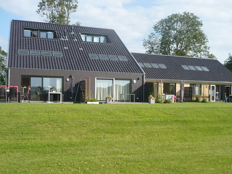 Luxury leisure home beside the forest and golf course close to the water sports, Ferienwohnung in Sneek