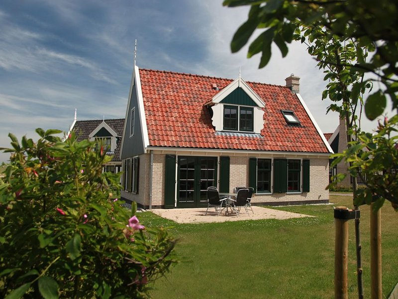 A luxury comfortable villa in Wieringer style in a holiday park, directly situa, aluguéis de temporada em Westerland