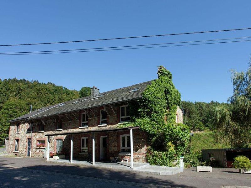 In a rich natural area ideal for families with games room, sauna, jacuzzi., location de vacances à La Gleize