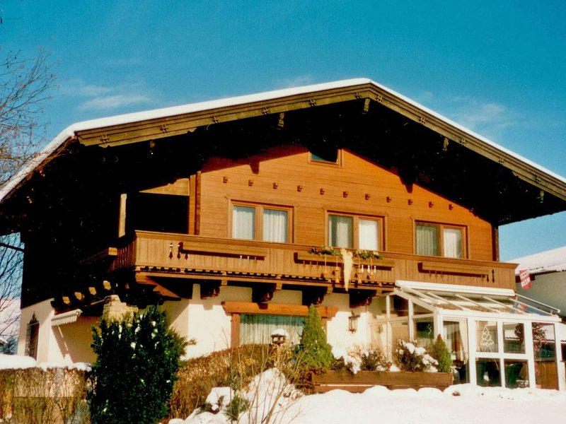 A holiday home in a very convenient position with good views of the mountains., alquiler vacacional en Maishofen