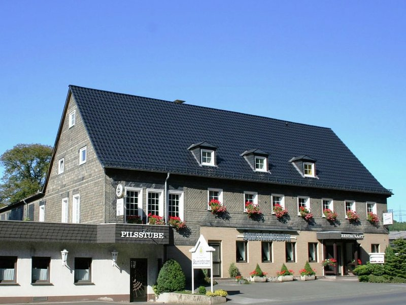 Charming holiday flat in the Sauerland with an in house restaurant and beer gar, holiday rental in Mohnesee