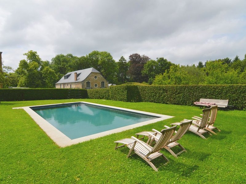 Gite with swimming pool situated in castle grounds in the forest with sunny gar, vacation rental in Heron