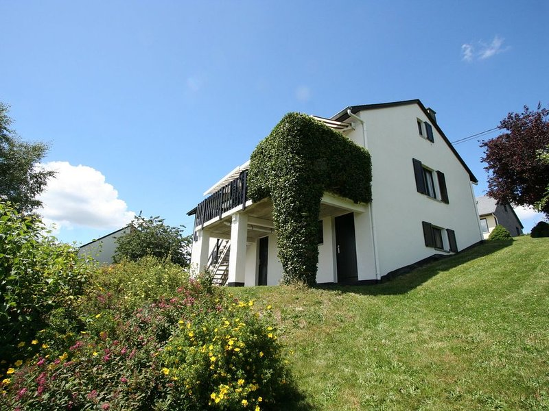 Charming holiday house with sauna, tanning bed, garden, terrace and lovely view, location de vacances à Ortho