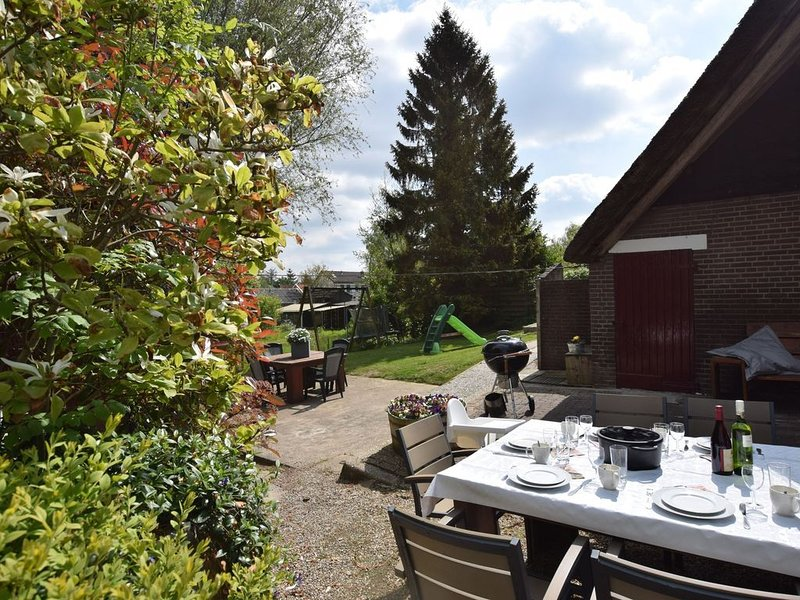 Thatched farmhouse located in a country area, vacation rental in Heukelum