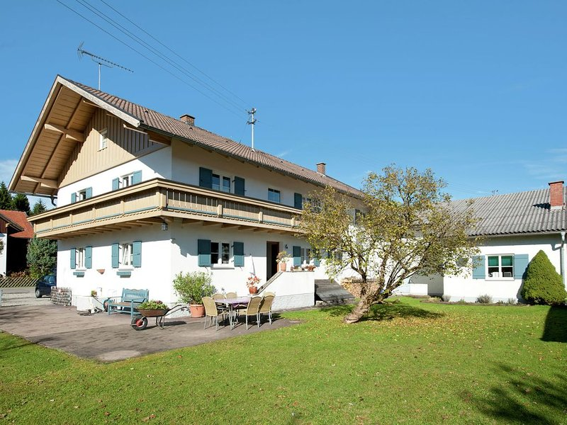 Beautiful child- and family-friendly apartment with balcony in the Pfaffenwinkel, casa vacanza a Ingenried