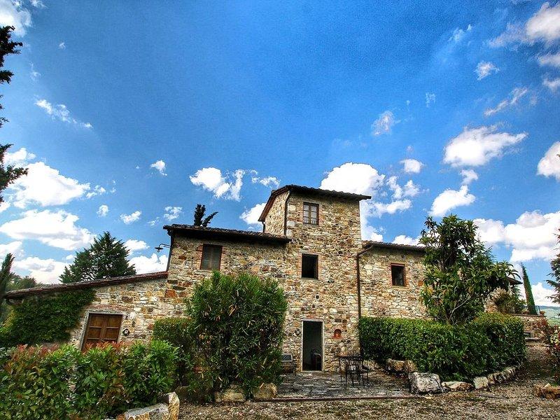 Alluring Farmhouse in Radda In Chianti with Patio, location de vacances à Volpaia