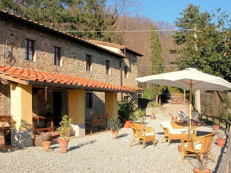 Vintage Cottage in Pescia with Jacuzzi, holiday rental in Castelvecchio