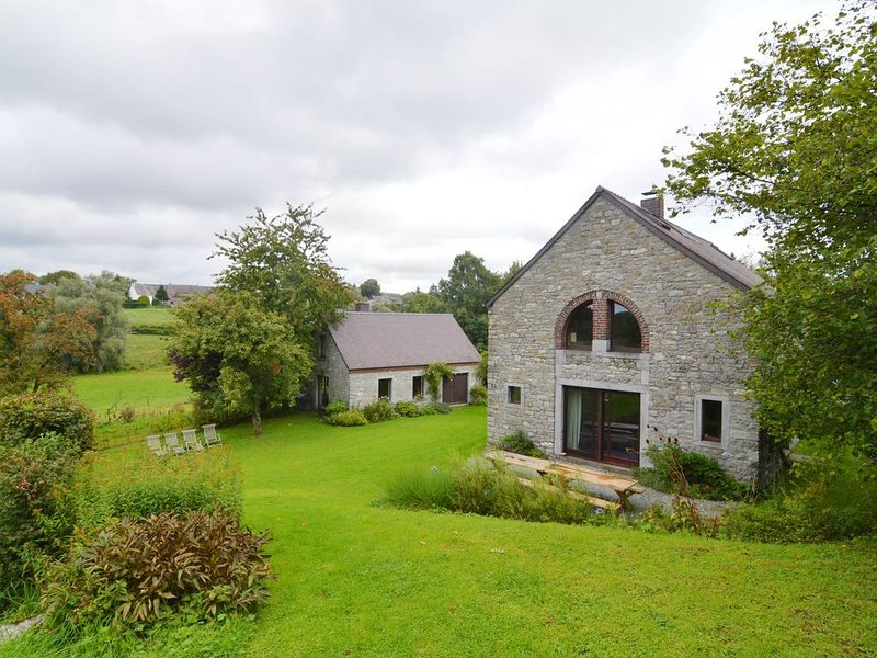 Quaint Holiday Home in Robechies amid Meadows, location de vacances à Aubenton