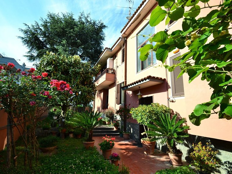 Villa with garden in the centre of Pompeii and 1 km from the archaeological site, alquiler vacacional en Pompeya